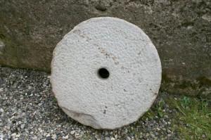 Antik møllesten kværn sten, ca. 49 cm Ø og 10 cm tyk.