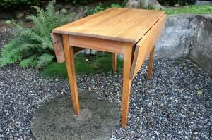 Fint gammelt klapbord med god plads til benene, ca. 100x100x76 cm.