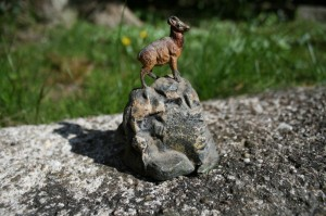 Skøn gammel ged på bjergtop i støbt metal, ca. 9 cm høj.
