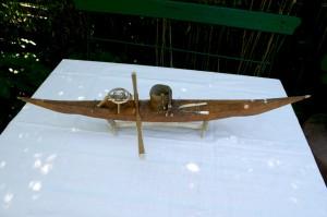 Antik grønlandsk model kajak med stativ, ca. 69 cm. lang.