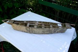 Antik Grønlandsk model af konebåd, ca.76 cm lang.