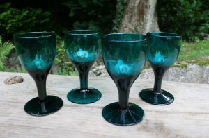 4 grønne antikke vinglas, ca. 11,3-11,5 cm.