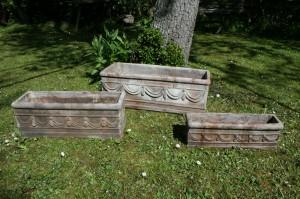 Gamle havekar krukker i ler med dekoration, ca. 61-51-43 cm lange.