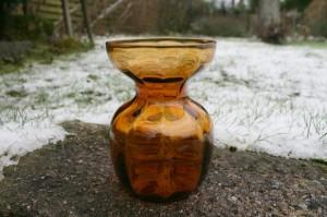 Fint ravfarvet hyacintglas fra Holmegård, ca. 12,8 cm højt.