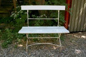 Fin gammel havebænk med jern understel og træ sæde og ryg, ca. 90 cm. lang