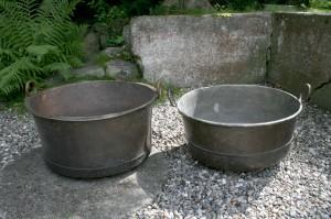 2 kobberbaljer med øre, ca. Ø 55 + 30 cm. høj og Ø 53 + 27 cm. høj.