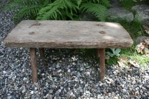Antik rustik skammel, ca. 63x29x29 cm.