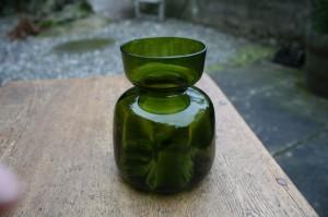 Grønt lavt hyacintglas, ca. 11 cm. har et kanthak.