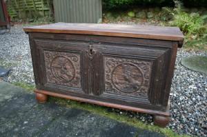 Fin antik egetræs kiste med motiv udskæringer på forsiden, mål ca. 96x43x55x cm.