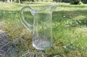 Antik lille flødekande i glas. ca. 12 cm høj.