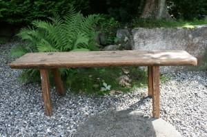 Lille antik langbænk med kratig sæde, ca. 145x33x48 cm.
