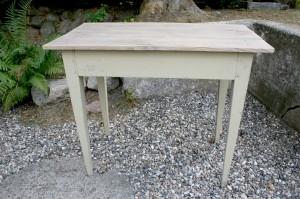 Fint lille antikt bord, ca. 89x48x73,5 cm.