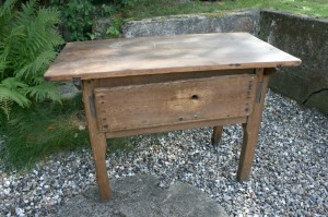 Skønt rustikt antikt bord med bred skuffe, Ca. 90x48x62 cm.