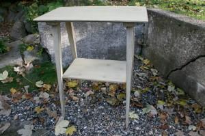 Lille fint bord med grålig bemaling og hylde, ca.64x39x75,5 cm.