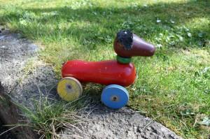 Lille legetøjshund i træ bemalet, er sikkert fra BRIO, 17x13 cm.