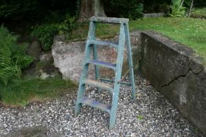 Lille gammel trappestige i fin stand, ca. 95 cm høj og 39 cm bred.