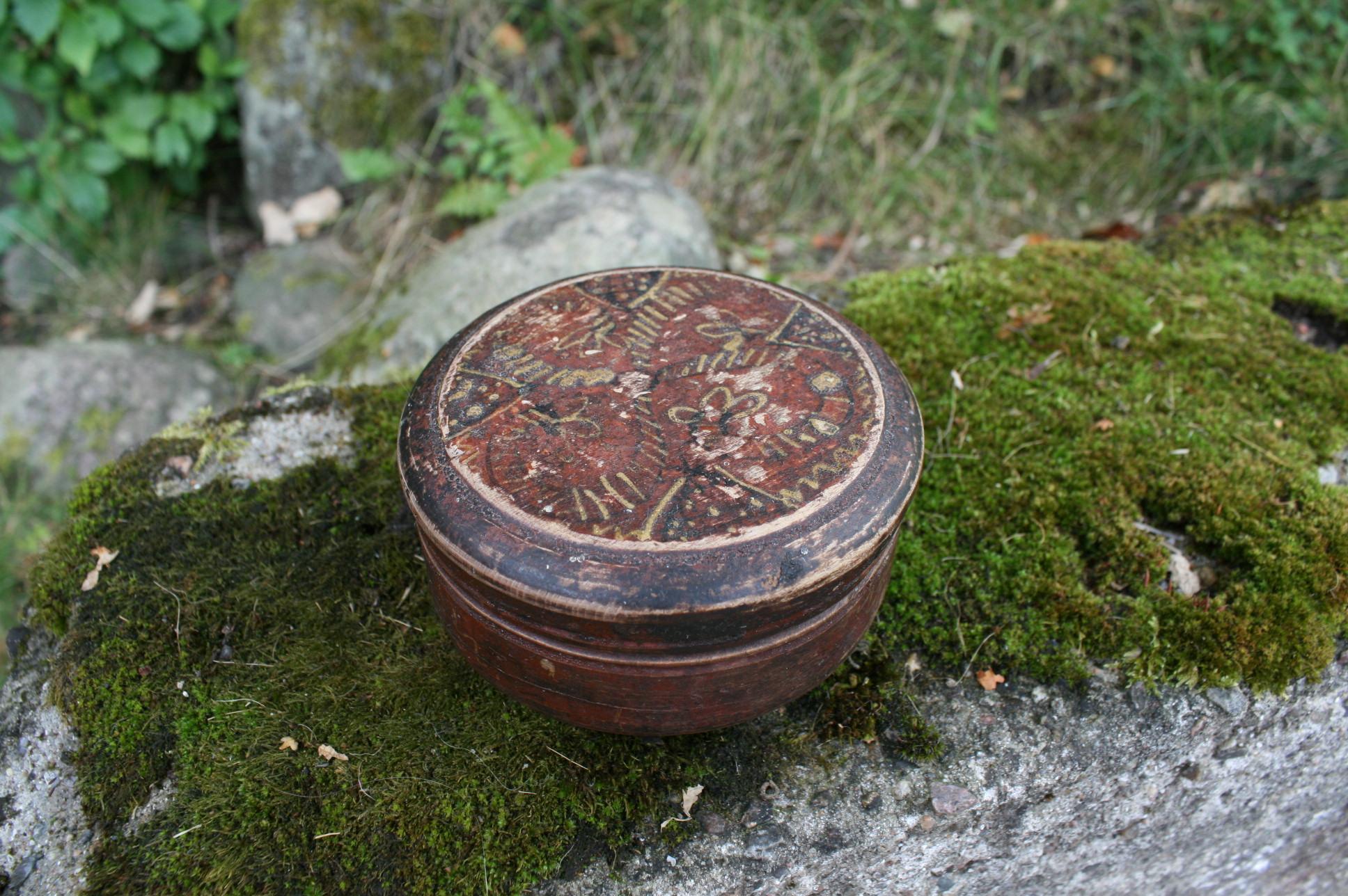 Lille antik rund træ æske med original dekoration.