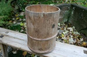 Lille antik tratønde fra sverige, ca. Ø 31 cm og 44 cm høj.