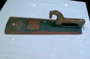Mangletræ antikt dateret 1801 med karvsnit og bemaling, ca. 560 cm. langt.