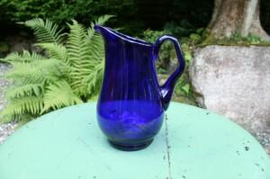 Gammel mørk blå kande mellemstor, ca. 16,5 cm høj.