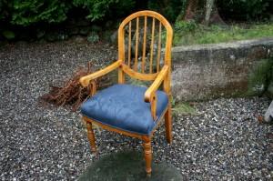 Fin Norsk armstol i birk med polstret sæde, ca. 105 cm høj og 55 cm bred.