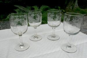 Ølglas fra Kastrup glasværk med fugl og roser, ca.15,6-16 cm. høje.
