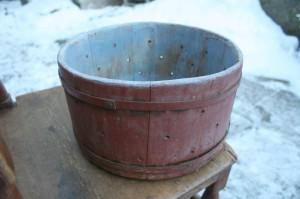 Fin antik rund osteform med original bemaling, Ca 18 cm høj og 31 cm Ø.