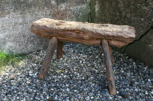 Antik rustik bænk i træ, ca. 71x25x39 cm.