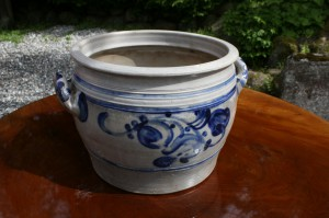 Gammel stentøjs krukke med blå saltglasering dekoration.