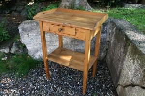 Fint lille gammelt savante bord med kant, hylde og skuffe. ca. 60x38x78 cm.