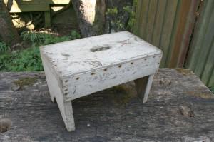 Fin gammel rustik skammel med hvid bemaling, mål: 37x22x24 cm.