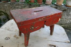 Gammel rustik rød skammel, ca. 44x22x29 cm