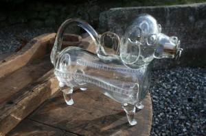 Gammel snapsehund / fyldehund i glas, ca. 22 cm lang.