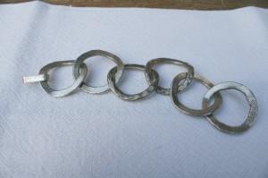 Armlænke i sølv af store grove ringe, lavet af Erik Dennung design møbler gamle smykker