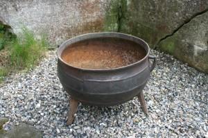 Antik gammel jern gryde på 3 ben som kan bruges til at plante i, ca. 43 cm Ø og 36 cm høj.