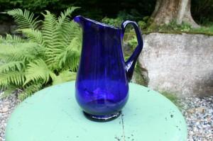 Fin stor gammel mørkeblå mælke kande, ca. 20,5 cm høj.