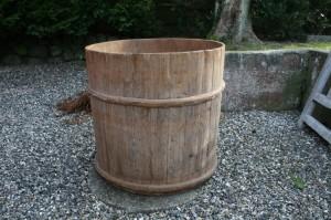 Fin stor antik trætønde / trækar med travidjer, ca. 78 cm høj og 80 cm i diameter.