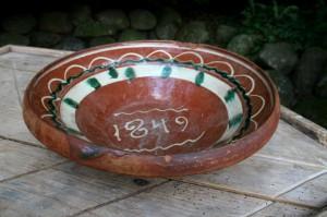 Stort flot antikt lerfad med datering 1849, ca. 35 cm i diameter.