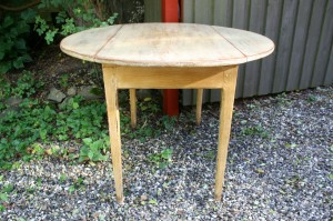 Antikt klapbord med gylden bemaling, ca. Ø106 cm og 74,5 cm højt.