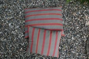 2 puder af hør grå med røde striber.