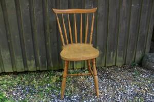 Gammel fin svensk pindestol med gulokker bemaling. antikke små møbler.