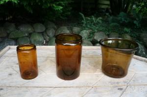 2 lysebrune antikke sylteglas, ca. 16 og 12 cm. høje.