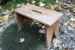 Gammel skammel fra sverige med mønstre på sædet, ca. 52x26x33 cm.