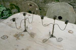 Et par to armet luffe lysestager i metaltråd fra okring 1900, ca. 19 cm høje.