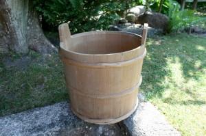 Antik træbøtte med trævidjer, ca.32cm høj og 35 cm diameter.
