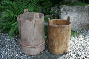 2 små antikke trætønder lavet af et stykke med bund, ca. 52 cm og 45 cm høje.