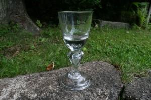 Skønt antikt Tysk vinglas fra 1800 tallet men er 1700 tals model, ca. 18 cm. højt.