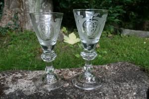 Antikke Tyske graverede vinglas fra 1800 tallet, ca. 17,2-17,9 cm. høje.