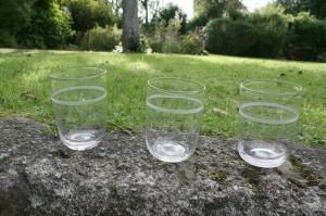3 stk. antikke vandglas med slebne bånd, ca. 8,8-9,4 cm. høje.