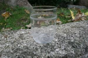 Antikt vandglas med slebne ringe, ca. 90 cm. højt.